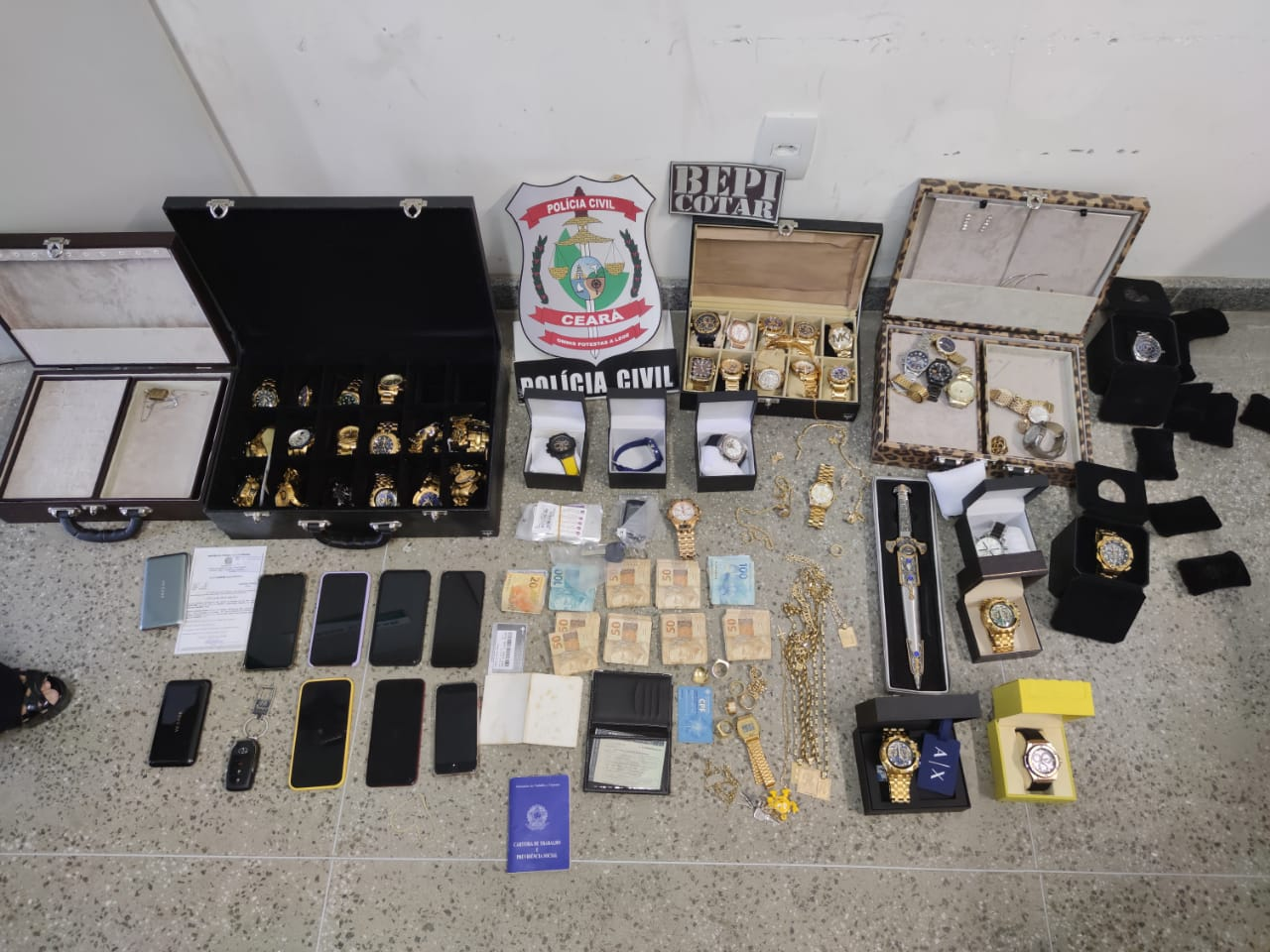 """47 relógios de alto padrão, sete aparelhos celulares, 29 chips telefônicos, um documento falso, além de um punhal cravejado com pedras. apreendidos na residência de Robson Luxuria"""" durante a prisão dele. Foto: Redes sociais"""