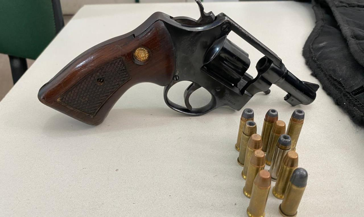 """Arma e munições apreendidas pela polícia em poder de """"Muriçoca"""" FOTO REDES SOCIAIS"""