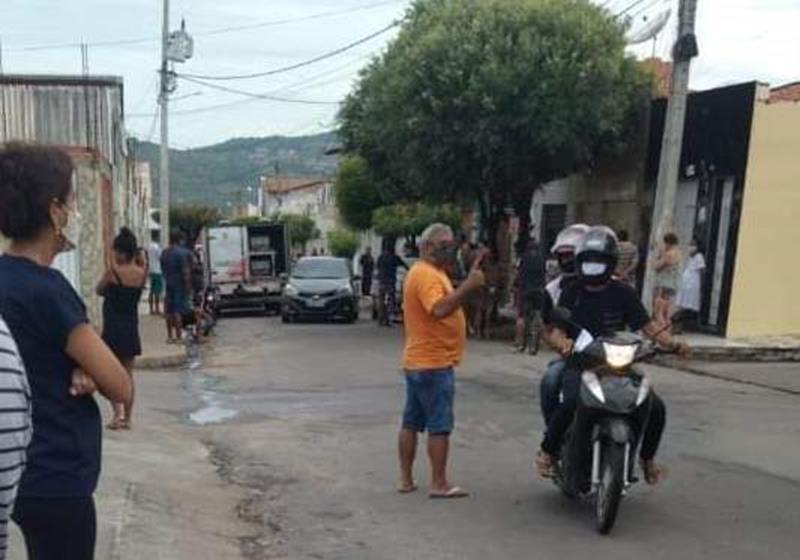 Homem é espancado até a morte depois de agredir vizinha a pauladas em Juazeiro FOTO REDES SOCIAIS