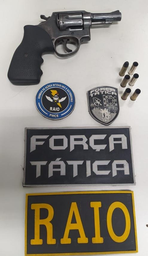 A arma utilizada no crime, um revolver calibre 38 contendo seis capsulas, cinco deflagradas e uma intacta. FOTO RFEDES SOCIAIS