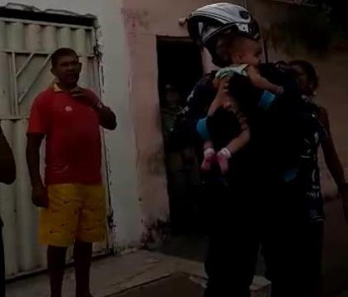 Bebê engasgada é salva por militares do motopatrulhamento do 2º BPM em Juazeiro do Norte FOTO REPRODUÇÃO