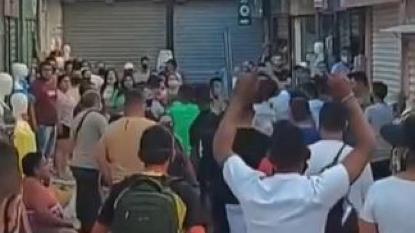Vídeo mostra uma confusão formada após o confronto entre agentes da GM e feirantes da José Avelino(foto: Reprodução)